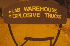 Σημάδι που καθοδηγεί τα εκρηκτικά φορτηγά, Los Alamos, Νέο Μεξικό Στοκ Εικόνες