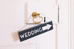 Σημάδι που κρεμιέται γαμήλιο στη λαβή πορτών Στοκ εικόνα με δικαίωμα ελεύθερης χρήσης