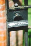 Σημάδι που κρεμιέται γαμήλιο στη λαβή πυλών Στοκ Φωτογραφίες