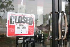 Σημάδι που κλείνουν στο κενό εστιατορίων για το χρόνο αφθονίας Στοκ Εικόνα
