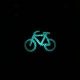 Σημάδι ποδηλάτων στην πόλη τή νύχτα Στοκ Εικόνες