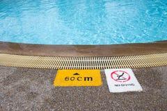 Σημάδι προειδοποίησης και βάθους στην πισίνα για τα παιδιά Στοκ εικόνα με δικαίωμα ελεύθερης χρήσης