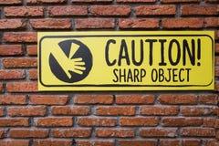 Σημάδι προσοχής στο τουβλότοιχο, αιχμηρό αντικείμενο Beware Στοκ φωτογραφία με δικαίωμα ελεύθερης χρήσης