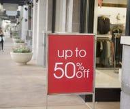Σημάδι πώλησης έξω από το μαγαζί λιανικής πώλησης Στοκ φωτογραφία με δικαίωμα ελεύθερης χρήσης