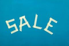 Σημάδι πώλησης που γίνεται από την ταινία Στοκ εικόνες με δικαίωμα ελεύθερης χρήσης