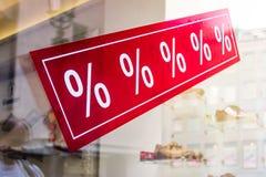 Σημάδι πώλησης σε ένα παράθυρο καταστημάτων με τα σημάδια τοις εκατό Στοκ εικόνα με δικαίωμα ελεύθερης χρήσης
