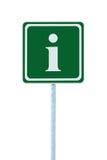Σημάδι πληροφοριών στο πράσινο, άσπρο πλαίσιο εικονιδίων επιστολών ι, απομονωμένη θέση πόλων συστημάτων σηματοδότησης πληροφοριών Στοκ Φωτογραφίες