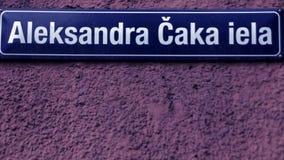 Σημάδι Ρήγα Λετονία οδών Caka απόθεμα βίντεο