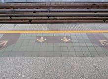 Σημάδι σειρών αναμονής που παίρνει επάνω & που παίρνει από το τραίνο ουρανού Στοκ Εικόνες