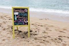 Σημάδι σε μια όμορφη παραλία για το booze και την μπύρα Στοκ εικόνα με δικαίωμα ελεύθερης χρήσης