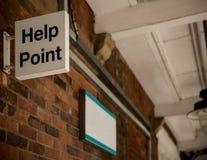 Σημάδι σημείου βοήθειας σε έναν παλαιό σταθμό Στοκ φωτογραφία με δικαίωμα ελεύθερης χρήσης