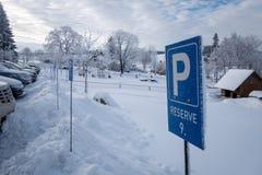 Σημάδι στάθμευσης με το μπλε ουρανό και τα σύννεφα και το χιόνι Στοκ Φωτογραφίες