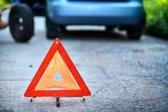 Σημάδι στάσεων έκτακτης ανάγκης στο backround με το αναλύω αυτοκίνητο Στοκ φωτογραφίες με δικαίωμα ελεύθερης χρήσης
