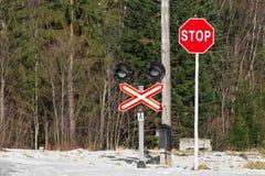 Σημάδι στάσεων με έναν σταυρό Στοκ εικόνες με δικαίωμα ελεύθερης χρήσης