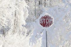 Σημάδι στάσεων με το χιόνι Στοκ Εικόνες