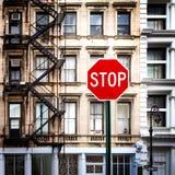 Σημάδι στάσεων μπροστά από τα παλαιά κτήρια στην πόλη της Νέας Υόρκης Στοκ φωτογραφία με δικαίωμα ελεύθερης χρήσης