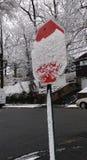Σημάδι στάσεων που καλύπτεται με το φρέσκο χιόνι στοκ φωτογραφίες με δικαίωμα ελεύθερης χρήσης