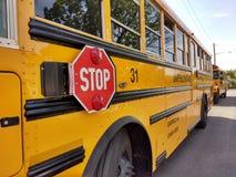 Σημάδι στάσεων σε ένα κίτρινο σχολικό λεωφορείο στοκ εικόνα με δικαίωμα ελεύθερης χρήσης
