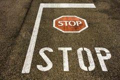 Σημάδι στάσεων στο πάτωμα ασφάλτου πόλεων με το σύμβολο Στοκ φωτογραφία με δικαίωμα ελεύθερης χρήσης