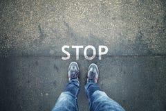 Σημάδι στάσεων στο πάτωμα οδών με το άτομο Στοκ Εικόνα