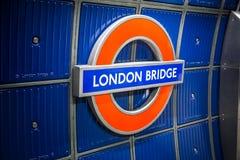 Σημάδι σταθμών μετρό γεφυρών του Λονδίνου Στοκ Φωτογραφία