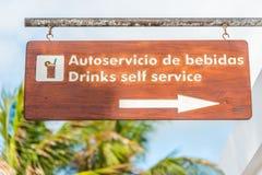 Σημάδι στην αγγλική και ισπανική παρουσιάζοντας κατεύθυνση σε έναν φραγμό σε ένα θέρετρο (οριζόντιο) Στοκ εικόνα με δικαίωμα ελεύθερης χρήσης