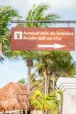 Σημάδι στην αγγλική και ισπανική παρουσιάζοντας κατεύθυνση σε έναν φραγμό σε ένα θέρετρο (κάθετο) Στοκ φωτογραφία με δικαίωμα ελεύθερης χρήσης