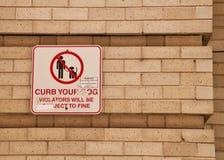 Σημάδι στον τοίχο του Σικάγου σχετικά με τη συγκράτηση το σκυλί σας Στοκ Φωτογραφία