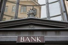 Σημάδι στο εξωτερικό του κτηρίου τράπεζας Στοκ Εικόνα
