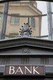 Σημάδι στο εξωτερικό του κτηρίου τράπεζας Στοκ εικόνες με δικαίωμα ελεύθερης χρήσης
