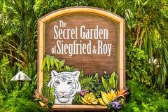 Σημάδι στο Siegfried και το μυστικό κήπο του Roy Στοκ Φωτογραφία