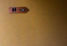 Σημάδι τουαλετών με τον ακατέργαστο συμπαγή τοίχο Στοκ εικόνα με δικαίωμα ελεύθερης χρήσης