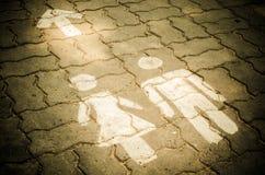 Σημάδι του δημόσιου WC τουαλετών στο πάτωμα Στοκ εικόνα με δικαίωμα ελεύθερης χρήσης