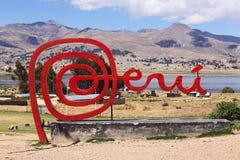 Σημάδι του Περού στα σύνορα στη Βολιβία στην ακτή της λίμνης Titicaca Στοκ Φωτογραφία