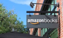 Σημάδι του πρώτων καταστήματος βιβλίων του Αμαζονίου και του καφέ U του Σικάγου, Midwest S στοκ φωτογραφία με δικαίωμα ελεύθερης χρήσης