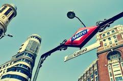 Σημάδι του σταθμού μετρό Callao στη Μαδρίτη, Ισπανία, με ένα αναδρομικό effe Στοκ Εικόνα