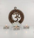 Σημάδι του OM με τα καίγοντας κεριά λωτού - ινδική ειδική μάντρα Στοκ φωτογραφία με δικαίωμα ελεύθερης χρήσης