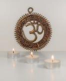 Σημάδι του OM με το κάψιμο των κεριών - ινδική ειδική μάντρα Στοκ Εικόνα