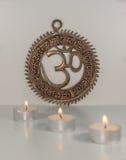 Σημάδι του OM με το κάψιμο των κεριών - ινδική ειδική μάντρα Στοκ Εικόνες
