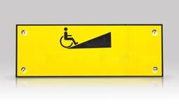 Σημάδι τρόπων αναπηρικών καρεκλών που απομονώνεται με το refection Στοκ Φωτογραφίες