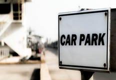 Σημάδι υπαίθριων σταθμών αυτοκινήτων στο εργοστάσιο Στοκ εικόνες με δικαίωμα ελεύθερης χρήσης