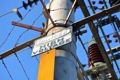 Σημάδι υψηλής τάσης κινδύνου και ηλεκτρικά στοιχεία κυκλώματος Στοκ εικόνα με δικαίωμα ελεύθερης χρήσης