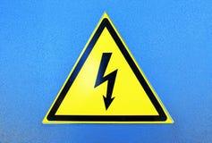 Σημάδι υψηλής τάσης στο μπλε μεταλλικό πιάτο Στοκ εικόνα με δικαίωμα ελεύθερης χρήσης
