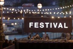 Σημάδι φεστιβάλ με τα θολωμένα φω'τα σειράς στο υπόβαθρο Στοκ Φωτογραφία