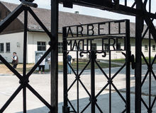 Σημάδι «frei Arbeit macht», στρατόπεδο συγκέντρωσης Dachau και αναμνηστική περιοχή Στοκ Εικόνες
