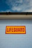 Σημάδι Lifeguard στο τουβλότοιχο Στοκ Φωτογραφίες