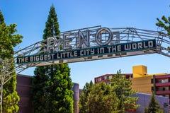 Σημάδι Reno πέρα από την οδό Στοκ φωτογραφίες με δικαίωμα ελεύθερης χρήσης