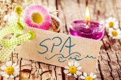 Σημάδι SPA στο φλοιό δέντρων με τα λουλούδια και το κερί Στοκ Φωτογραφίες