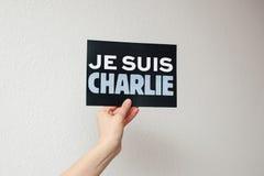 Σημάδι Suis Charlie Je στο χέρι της γυναίκας Στοκ εικόνες με δικαίωμα ελεύθερης χρήσης