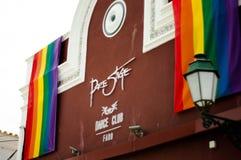 Σημαία γοήτρου LGBT στην παλαιά πόλη κτηρίου Στοκ Φωτογραφίες